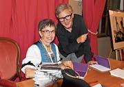 Die Trachtenschneiderin Bernadette Nef und die Autorin Susanne Vettiger. (Bild: Andy Lehmann)