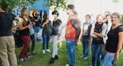 Das Solidaritätsnetz Romanshorn ist umgezogen: Seit ein paar Wochen treffen sich Flüchtlinge und Einheimische im Jugendtreff. Kürzlich grillte man während dem EM-Spiel Schweiz – Rumänien gemeinsam. Das Betula ist zu klein geworden, denn mithin kommen schon einmal fünfzig Flüchtlinge zum Kontaktabend mittwochs. (Bild: Markus Bösch)