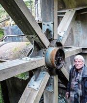Hansruedi Geiser beim defekten Planetengetriebe in der Radnabe. (Bild: Kurt Lichtensteiger)