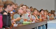 Gespannte Blicke: Das Jugendtechnikum an der Hochschule NTB zog die Kinder und Jugendlichen mit viel Unterhaltungswert in ihren Bann. (Bilder: Armando Bianco)