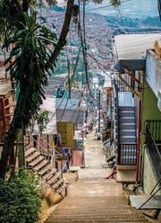 Lose baumelnde Stromkabel und steile, enge Gassen prägen das Bild der Comunas rund um die Innenstadt von Medellin. (Bild: fotolia)