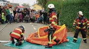 Viele Zuschauer beobachten, wie die Sirnacher Feuerwehrleute das Ausgleichsbecken mit Wasser füllen. (Bild: Maya Heizmann)