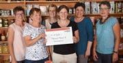 Das Team des Claro-Weltladens konnte eine Spende an die Maisha Mema Foundation überreichen. (Bild: PD)