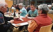 Die Teilnehmer spielten den Handjass zu dritt mit deutschen oder französischen Karten. (Bild: Yvonne Aldrovandi-Schläpfer)
