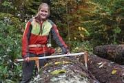 Corina Stolz vermisst Baumstämme im Witenwald. Die 22-Jährige schätzt das Arbeiten an der frischen Luft. (Bild: Linda Müntener)
