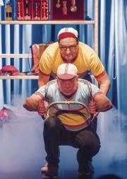 Eine ihrer gelungenen Nummern: Resli Buri und Pascal Dussex spielen pantomimisch eine abenteuerliche Trainingsfahrt mit dem Rennrad nach. (Bild: Urs Bucher)