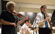 Besondere Note: Monika Toppius und Cornelia Lehmann spielen «El condor pasa» mit Violine und Saxofon. (Bild: Andreas Taverner)