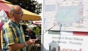 OK-Mitglied Daniel Bill erklärt die geplante Anordnung des neuen Eisfeldes für das Eisstockschiessen. (Bild: Rita Kohn)