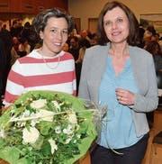 Die frisch gekürte Wilener Primarschulpräsidentin Barbara Jaeger erhält von ihrer Vorgängerin Andrea Twiddy Blumen zu ihrer Wahl. (Bild: Christoph Heer)