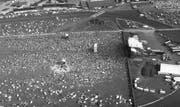 Am ersten «Out in the Green» 1987 stand die Bühne am selben Ort wie heute. Gezeltet wurde, wo es einem beliebte: Zwischen der Ochsenfurt und bis 80 Meter vor der Bühne. Heutzutage wäre das unvorstellbar. Im Hintergrund sind die Tribünen der Pferderennbahn zu sehen. (Bild: pd/Stadtarchiv Frauenfeld)