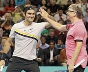 Roger Federer und Microsoft-Gründer Bill Gates. (Bild: Jeff Chiu/AP)