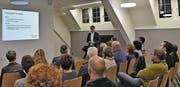 VSG-Vizepräsident Samuel Oberholzer, der auch Präsident der Baukommission ist, erläutert den Anwesenden das Neubauprojekt des Kindergartens Mühlebach, das in eineinhalb Wochen zur Abstimmung kommt. (Bild: Manuel Nagel)