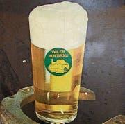 Ein Glas Wiler Hofbräu auf einem Werbeplakat.