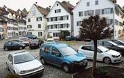 Der Hirschenplatz in der Bischofszeller Altstadt: Das Fehlen markierter Felder hat wildes Parkieren zur Folge. (Bild: Georg Stelzner)