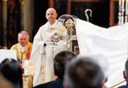 Feierliche Enthüllung: Reliquienkreuz in der Kirche St. Ulrich. (Bild: Donato Caspari)