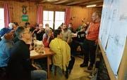 42 von rund 293 Ortsbürgern liessen sich vor Ort auf der Alp Rohr über den Zustand des Gasthauses und über Sanierungsvarianten informieren. (Bilder: PD)
