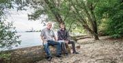 Geniessen die besondere Atmosphäre am Ufer im Seezelg: Landschaftsökologe Fredy Leutert und Landbesitzer Fabian Munz. (Bild: Thi My Lien Nguyen)