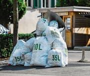 Überfüllte Unterflurcontainer und herumliegende Abfallsäcke: Dieses Bild zeigte sich zu Beginn der Umstellung des Steckborner Entsorgungswesens. (Bild: Reto Martin (11. Juli 2016))