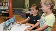Die beiden Ottoberger Erstklässler Lilly-Rose und Flurin spielen mit ihrem selbst hergestellten Geisterschloss. (Bild: Werner Lenzin)