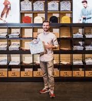 Felix Büchi zeigt das Stockberg-Edelweisshemd vor einem Pop-up-Store. (Bild: PD)
