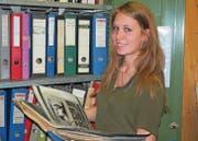 Katharina Bredel im Gemeindezentrum mit Archivmaterial über Wilen, aus der Zeit, als es noch ein Dorf und keine eigene Gemeinde war. (Bild: Chris Gilb)