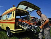Reto Bader besitzt ein ehemaliges Ambulanzfahrzeug. (Bild: Nana do Carmo)