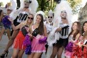 B wie Besucher: 900'000 Raver zog es für die Street Parade im vergangenen Jahr extra nach Zürich. Damit blieb der Anlass unter dem Ergebnis des Vorjahres. Damals reisten rund eine Million Raver an. Die Besucherzahlen hängen jeweils stark vom Wetter ab. Ist es kühl und nass, haben in den letzten Jahren zwischen 600 000 und 700 000 Menschen an der Parade getanzt, bei schönem Wetter waren es bis zu einer Million. (Bild: Keystone)