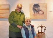 Claudia Kalt (links) und Monika Schweiter mit zweier ihrer Werke in der gemeinsamen Ausstellung im Städtli Werdenberg. (Bild: Mengia Albertin)