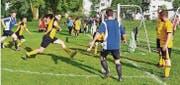 Da war's noch trocken: Voller Einsatz beim Spiel Los Laeros gegen den Sportclub Dietfurt. (Bilder: Peter Jenni)