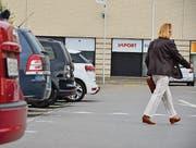 Mit Verzug, aber sie kommt: Beim Einkaufszentrum Novaseta in Arbon wird am 1. Juli die Parkiergebührenpflicht eingeführt. (Bild: Max Eichenberger)
