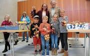 Sie haben einen Zwiebelzopf ergattert: Stolz präsentiert eine Gruppe Besucher ihren Einkauf. (Bild: Hana Mauder Wick)