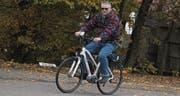 Dieser Besucher macht eine Probefahrt mit einem E-Bike. (Bild: Christof Lampart)