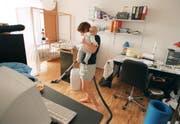 Kinderbetreuung und Hausarbeit ist häufig immer noch Frauensache. (Bild: GAETAN BALLY (KEYSTONE))