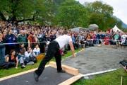 Markus Maire ist mit 4,11 Metern der Rekordhalter mit dem 83,5 Kilogramm schweren Unspunnen-Stein. (Bild: MARTIN RUETSCHI (KEYSTONE))