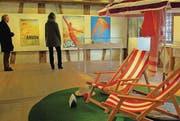 Liegestühle und Sonnenschirm als passende Requisiten der Steiner Badekultur-Ausstellung. (Bild: Ernst Hunkeler)