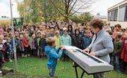 Hundert Kinder freuen sich auf das neue Schulhaus. (Bild: Trudi Krieg)