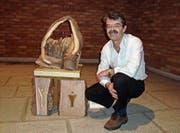 Peter Buchegger mit seinen Kunstwerken. (Bild: PD)