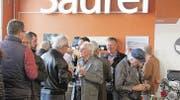 Gute Gespräche beim Apéro an der Jahresversammlung des Oldtimer-Clubs Saurer. (Bild: Barbara Hettich)