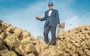 Werkleiter Joachim Pfauntsch nimmt die aus Deutschland angelieferten Zuckerrüben in Augenschein. (Bild: Andrea Stalder)