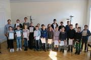 Stolz präsentieren die Musikschülerinnen und Musikschüler ihre Auszeichnungen. (Bild: PD)