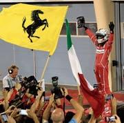 Sebastian Vettel jubelt nach dem Rennen mit den Ferrari-Mechanikern. (Bild: Hassan Ammar/AP)