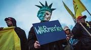 Demonstranten kritisieren in New York den amerikanischen Raketenangriff auf den syrischen Militärflugplatz. (Bild: Andres Kudacki/AP (New York, 7. April 2017))