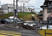 1) Beim Bahnhof entsteht ein drittes Gleis. Zudem steigen hier die Fahrgäste der Bahn auf Busse um. (Bild: bei)