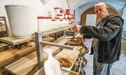 Töpfer Pierre Hirt in seinem Atelier im Kloster Fischingen. Von hier wird er vier Tonnen Material per Schiffscontainer nach Osttimor auf die Seereise schicken. (Bild: Maya Heizmann)