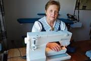 Trachtenschneiderin Heidi Hasler an ihrer Nähmaschine. (Bild: Ruth Bossert)
