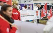 «Kein Wilder Westen in Tankstellenshops»: Diesen und andere Slogans zeigten die Unia-Gewerkschafter den Autofahrern beim Hub-Kreisel vor. (Bilder: Reto Martin)