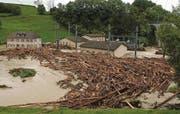 Mit blauem Auge davon gekommen: Das linke Bild zeigt das SAK-Werk nach dem verheerenden Hochwasser am 1. September 2002. Am Wochenende bleiben Wassermassen und Schwemmholz im Flussbett. (Bilder: Hannes Thalmann / Rudolf Hirtl)