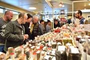 Durch den Schlaraffia-Gourmet-Markt schlendern.