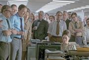 Die Redaktion erwartet den Entscheid des Obersten Gerichtshofs (Tom Hanks, Dritter von links, rechts von ihm Meryl Streep). (Bild: Universal Pictures)