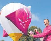 Mädir Eugster freut sich wie ein Lausbub über den Heissluftballon namens «Rigolo». (Bild: Michael Hug)